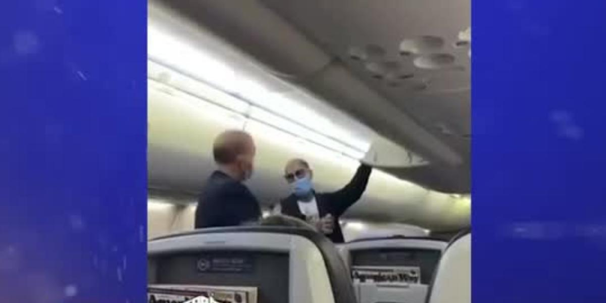 rapero es bajado de un avión