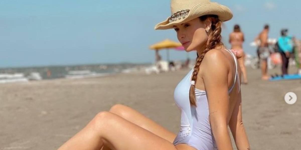 Sara Uribe está en la playa de vacaciones