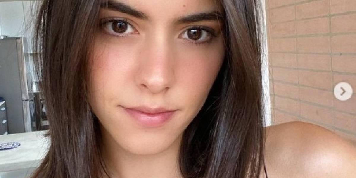 Paulina Vega foto acurrucada orinando