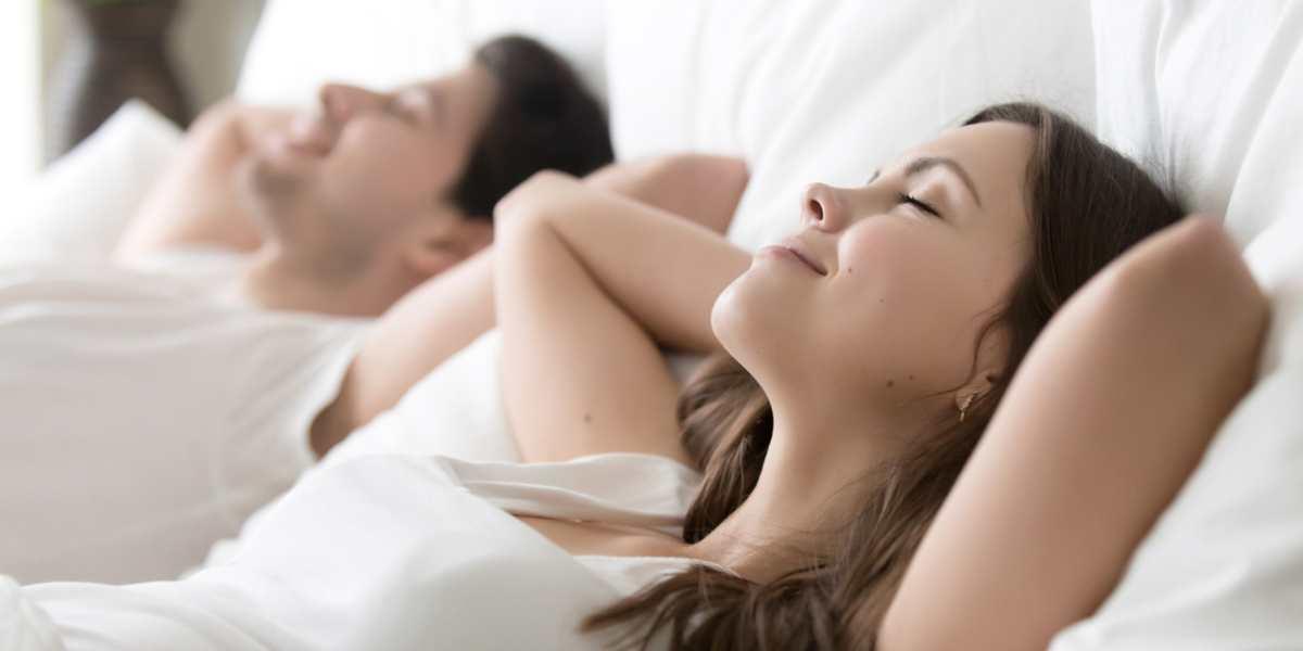 dormir sueño descansar cama pareja