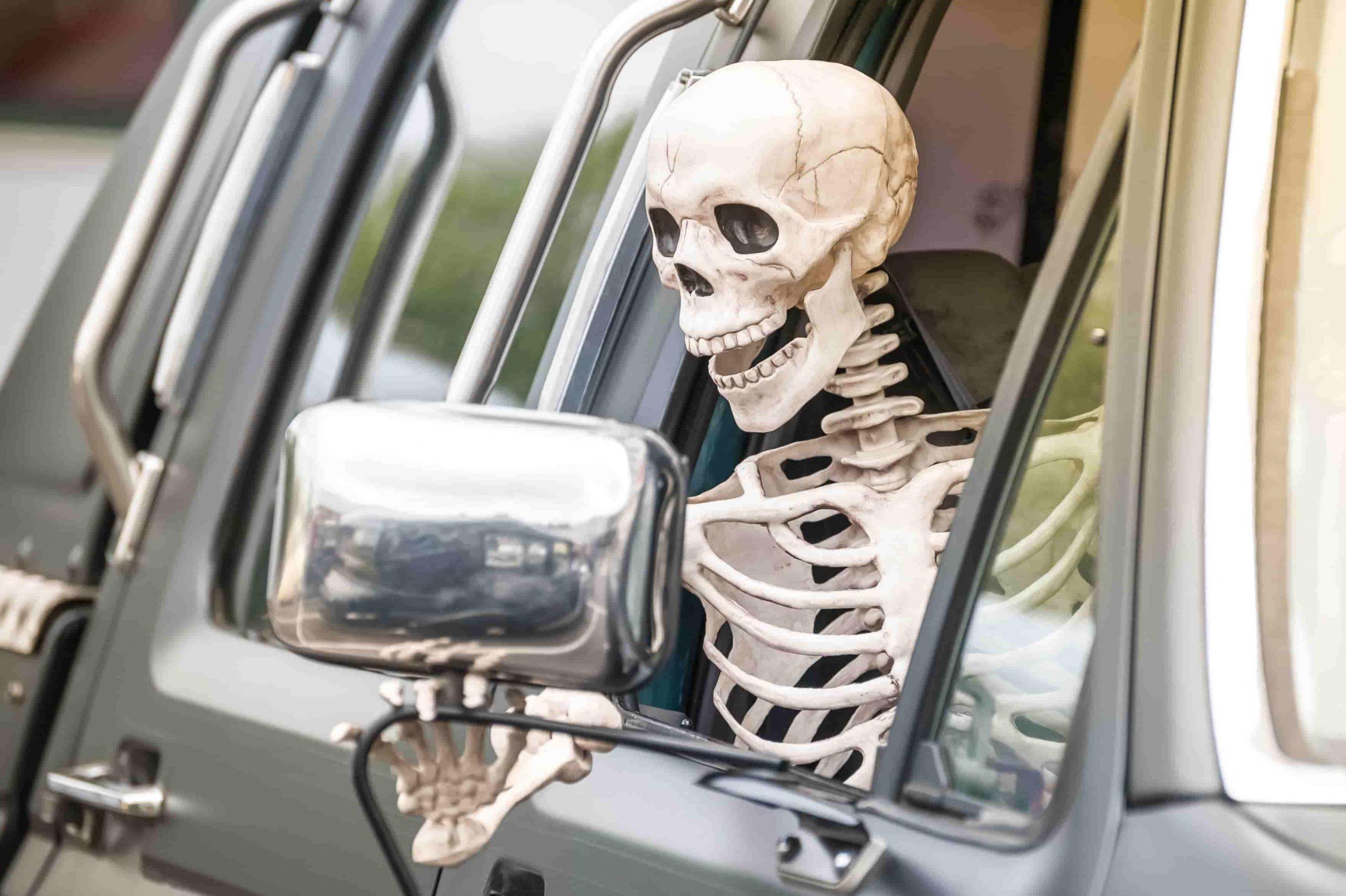hombre conduce con un cadáver Foto: iStock