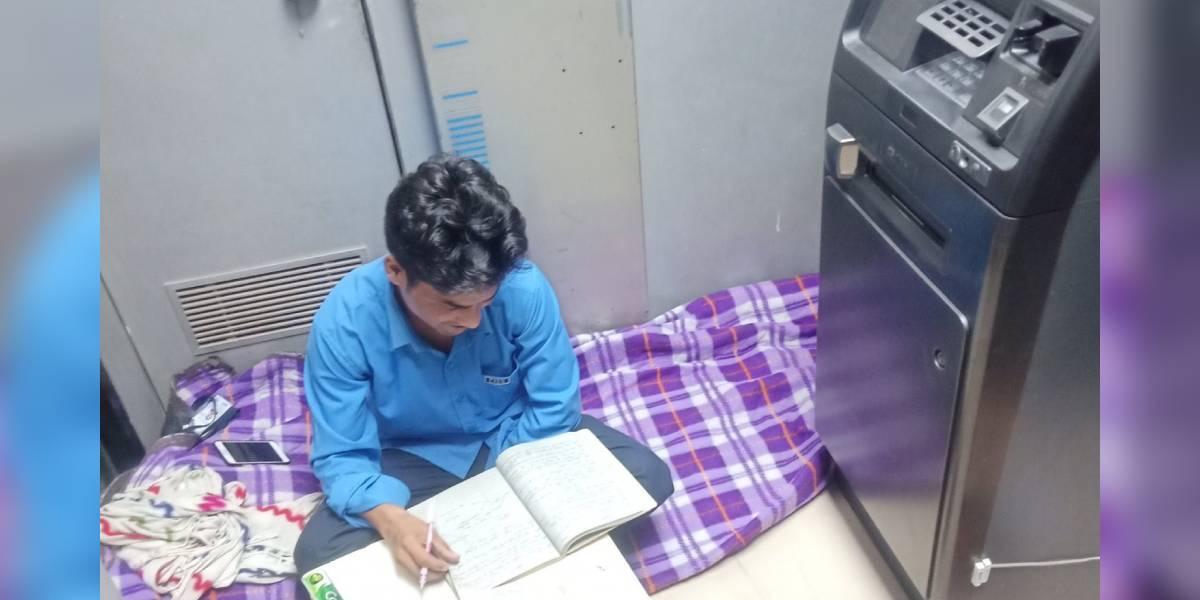 vigilante de seguridad estudia en cajero automatico india