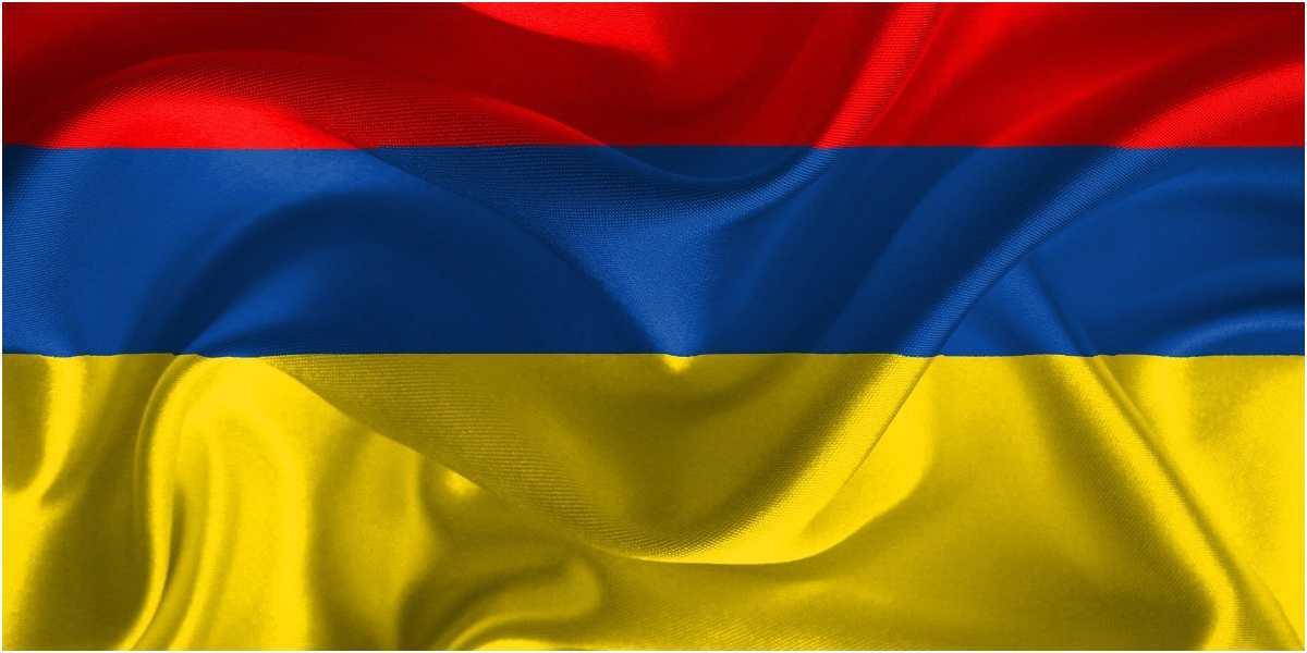 bandera de colombia al reves llamado de auxilio protesta