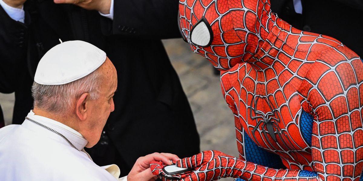 Papa Francisco saludó Spiderman Vaticano, hombre que ayuda a niños en hospitales