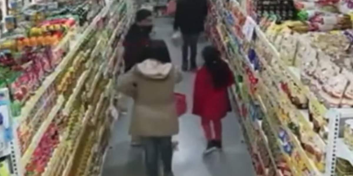 padres enseñan a su hija a robar en supermercado argentina