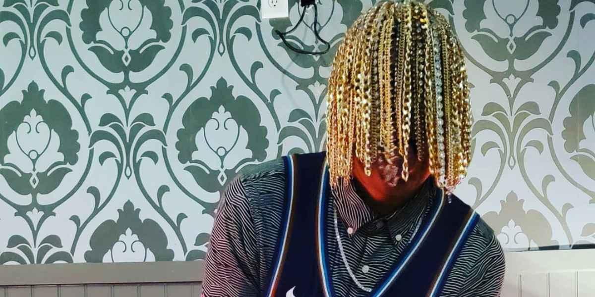 El rapero que se implantó cadenas de oro en su cabeza, en vez de cabello